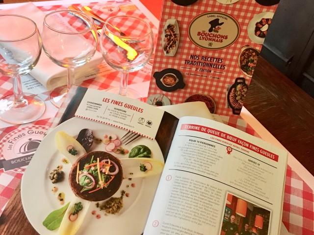 Les Fines Gueules Guide de recette des Bouchons Lyonnais en vente sur place