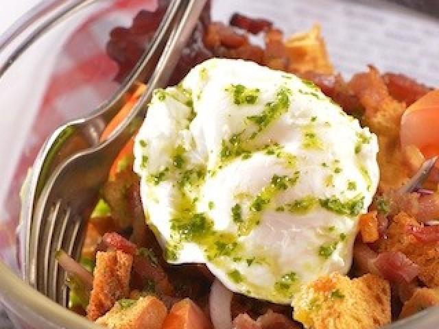 Les Fines Gueules Salade Lyonnaise en saladier jeunes pousses de salade : Mesclun lardons croûtons œuf poché vinaigrette à l'ancienne